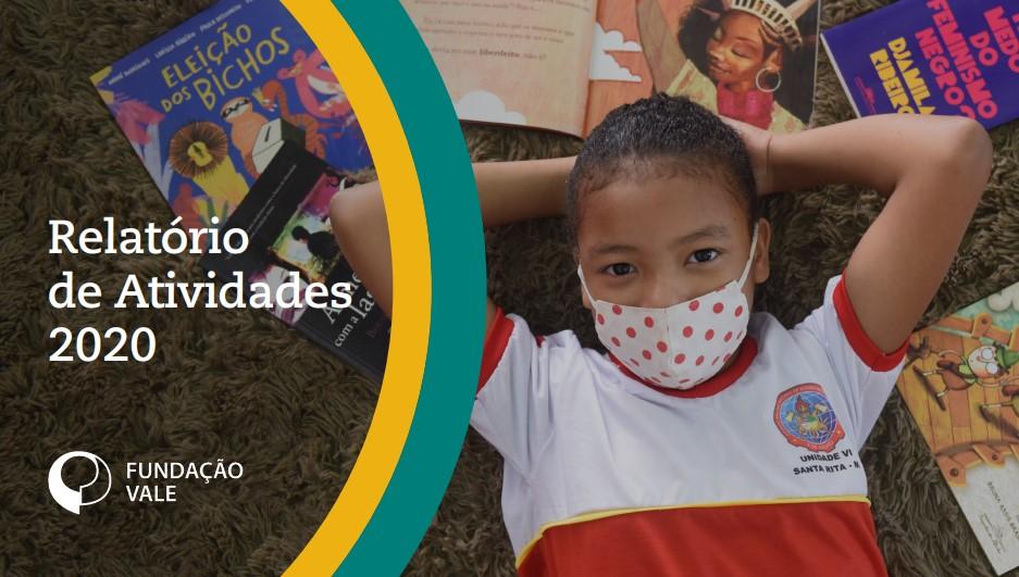 Criança deitada sobre livros do projeto Trilhos da alfabetização