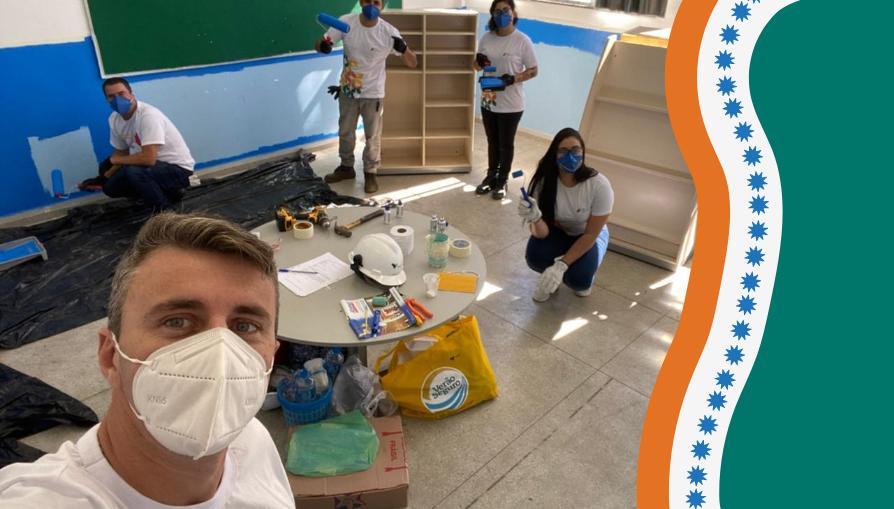 Equipe de Voluntários Vale de Portos Sulmontam e organizam recursos multifuncionais nas salas de aula.